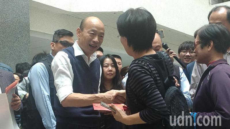 高雄市長韓國瑜下午在四維行政中心發紅包。記者蔡孟妤/攝影