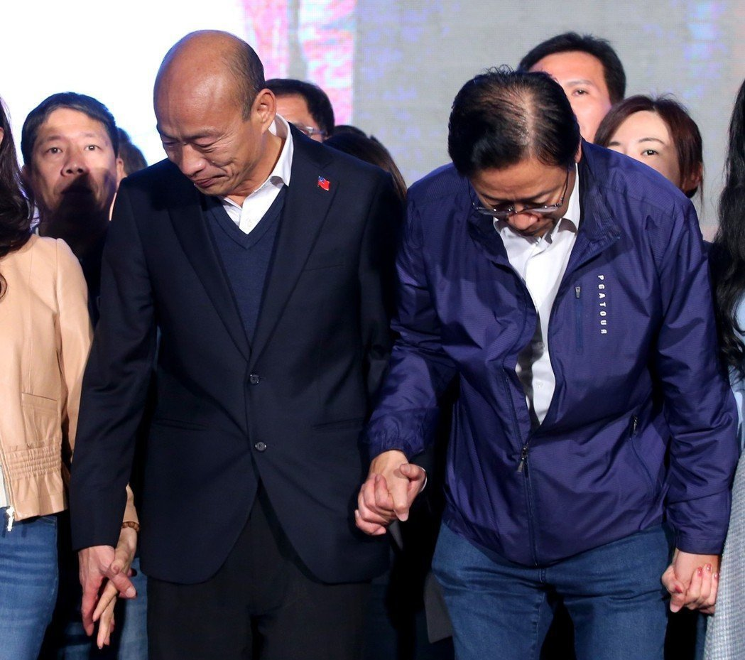 國民黨總統候選人韓國瑜與搭檔張善政向民眾一鞠躬。圖/本報系資料庫