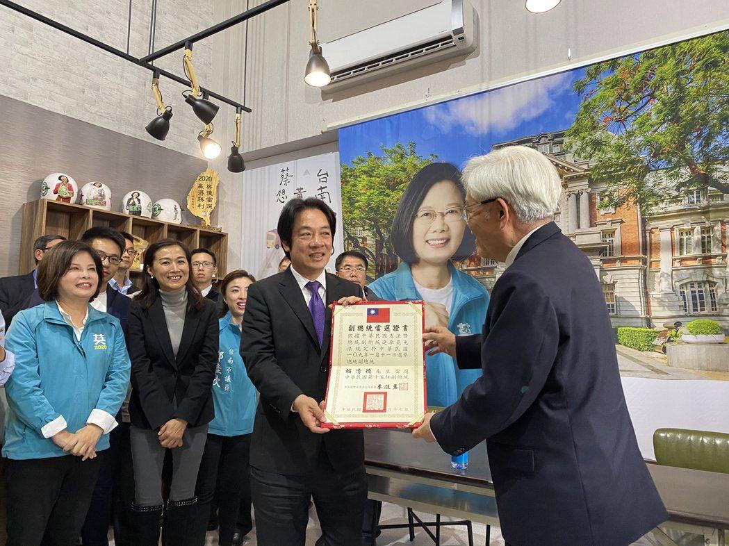 中選會主委李進勇(右)下午到台南頒發副總統當選證書給賴清德。記者修瑞瑩/攝影