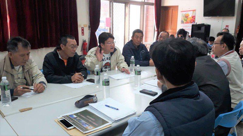 台南市議員陳昆和(左三)召開國姓橋超高壓電塔協調會。圖/陳昆和服務處提供