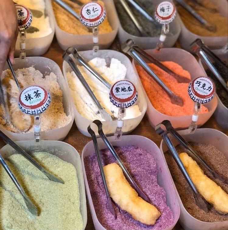 台南夜市當紅的春粿面白糖粿,有多種口味任君選擇。圖/FB/Blog: 舞食旅台...