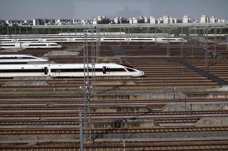 紐約時報記者兼專欄作家萊恩哈特16日撰文指出,許多美國人對中國崛起感到焦慮,但其實中國距離超越美國還遠,真正值得憂心的是,美國正停滯不前。圖為中國大陸上海虹橋火車站附近的高鐵列車基地。路透