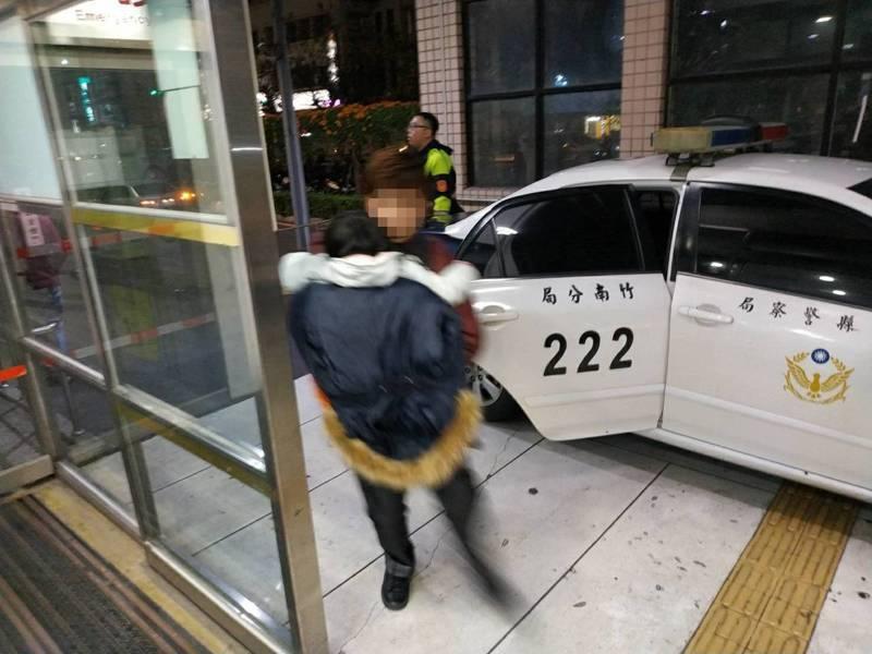苗栗縣竹南警分局大同派出所2名員警,以巡邏車緊急載運心臟病發的4歲女童父女,從竹南中華路趕到台大新竹分院急診,成功挽救一條小生命。圖/竹南警分局提供