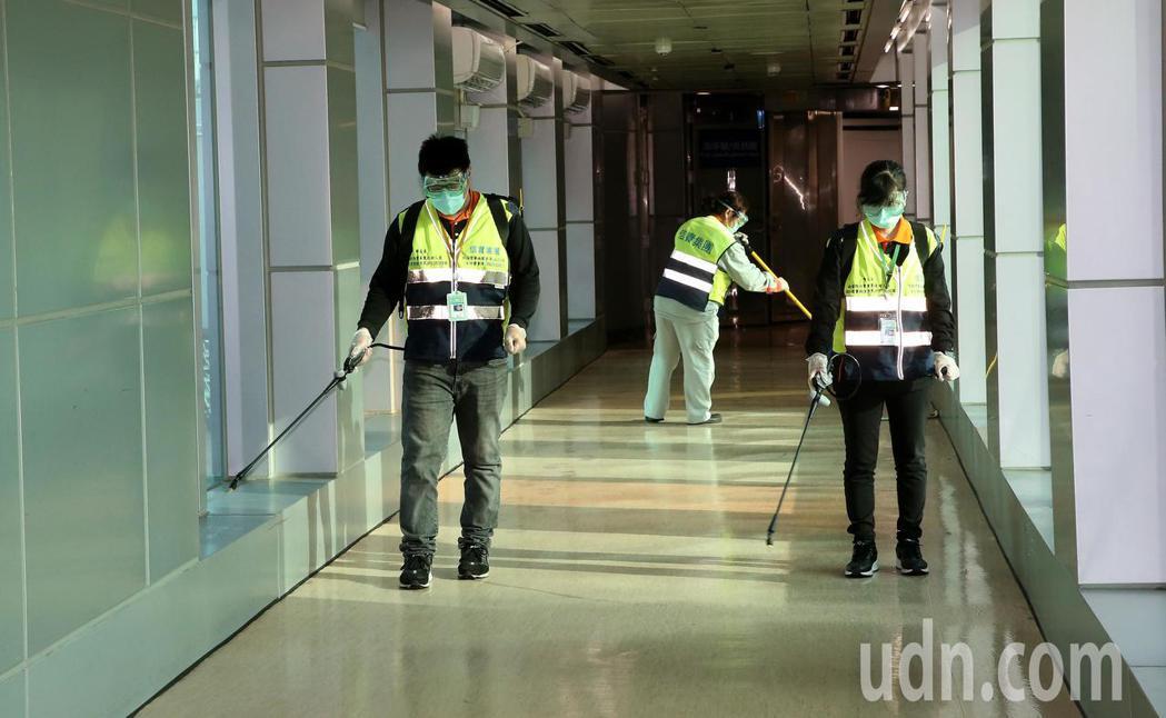 大陸武漢新型冠狀病肺炎疫情嚴峻,桃園機場公司建置消毒隊,定期或機動消毒機場內外,...