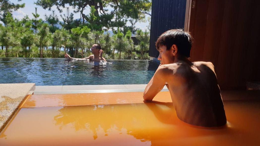 這張照片中,沉思的阿翔(右)裸著上身,背影幾乎全是排骨,瘦到令人心疼,左為嬉鬧中