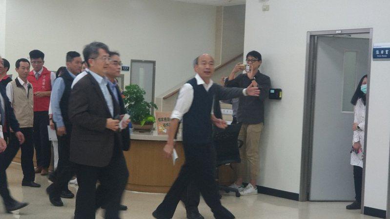 高雄市長韓國瑜到機場關心防疫及交通運輸,並感謝機場及醫護人員投入。記者蔡孟妤/攝影