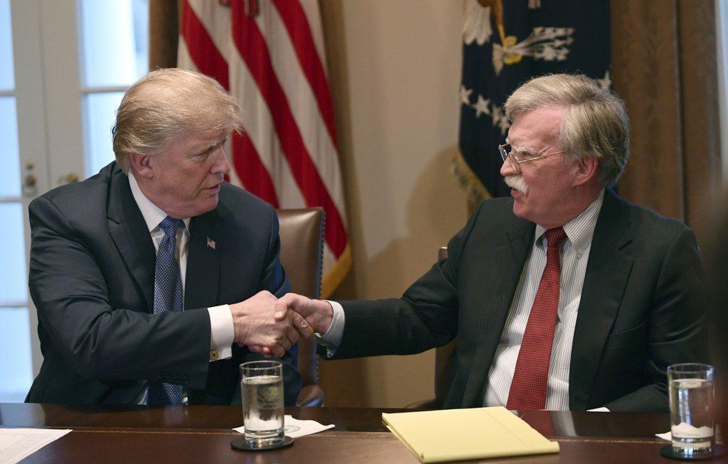 川普(左)與波頓的關係後來陷入緊張。美聯社資料照片