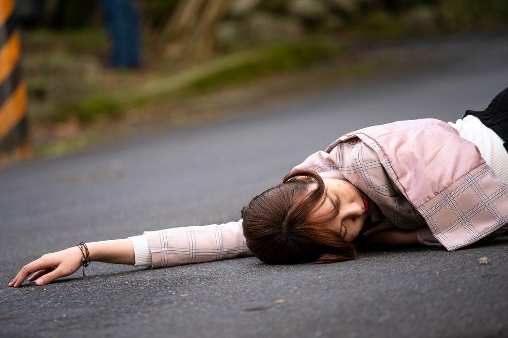魏蔓在「美味滿閣」戲中遭車追撞倒地昏迷。圖/東森提供