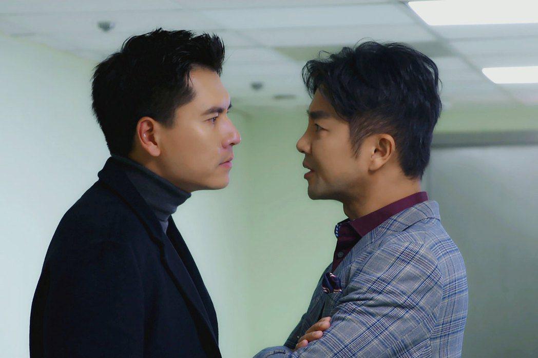 王傳一(左)與謝承均拍攝「美味滿閣」對峙畫面。圖/東森提供