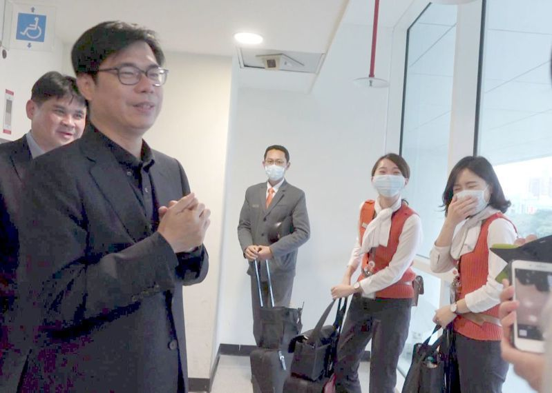 行政院副院長陳其邁(左一)今天到高鐵左營站視察春節輸運情形時,也提醒隨車人員要適時戴口罩。記者楊濡嘉/攝影