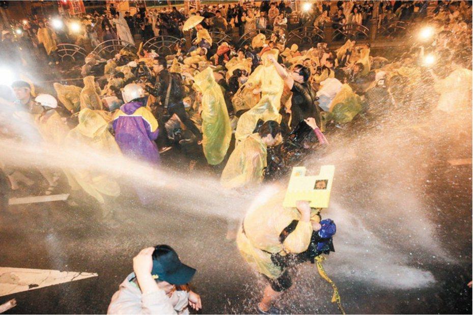 428反核群眾遭警方強制驅離。本報資料照片