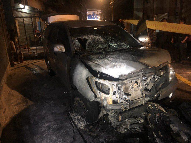 現場銀色與黑色小客車被火燒成廢鐵,消防人員花了20分鐘將大火撲滅。記者巫鴻瑋/翻攝