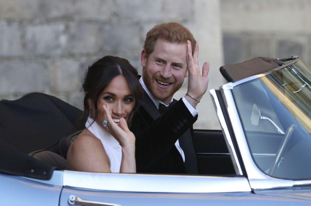 哈利與梅根兩人在前年5月婚禮後,開車離開溫莎堡。美聯社