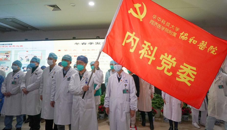 1月22日,華中科技大學同濟醫學院附屬協和醫院內科30餘名醫護人員組成抗擊新型冠狀病毒感染的肺炎突擊隊,投入到協和醫院對口支持的發熱定點醫院——武漢紅十字會醫院的工作中去。新華社