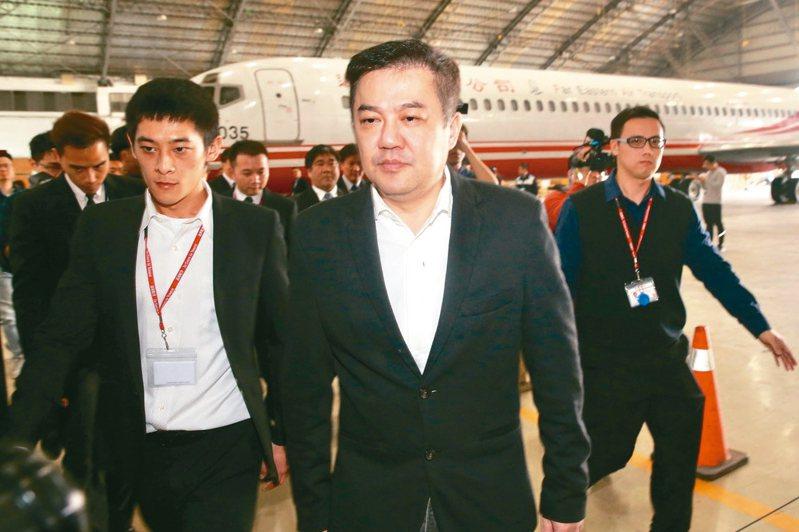 遠航董事長張綱維(中)昨舉行記者會,呼籲政府同意復飛。 記者林伯東/攝影