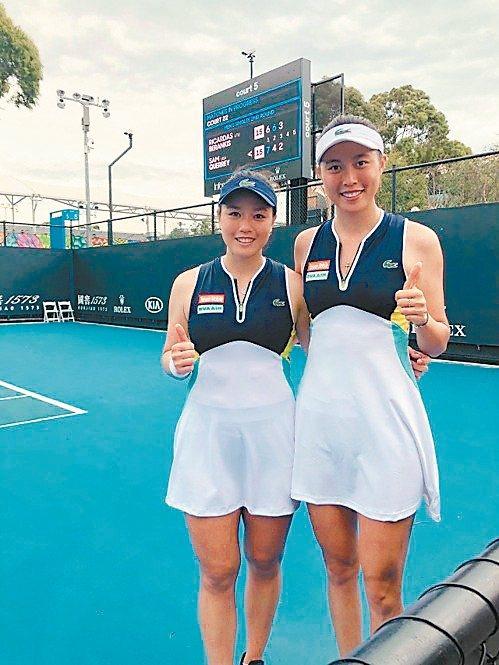 詹詠然(左)與詹皓晴在澳網女雙首輪過關,拿到本季首勝。 圖/劉雪貞提供