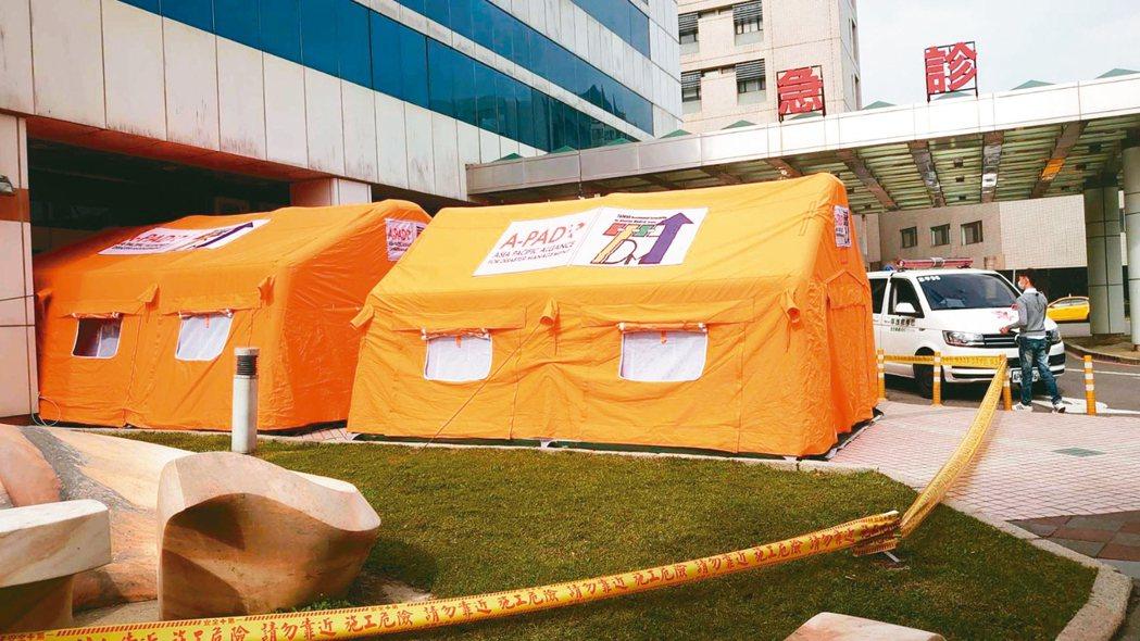 衛生福利部桃園醫院在急診室外搭設三間帳篷,引導民眾若有發燒或咳嗽要先到帳篷區內隔...
