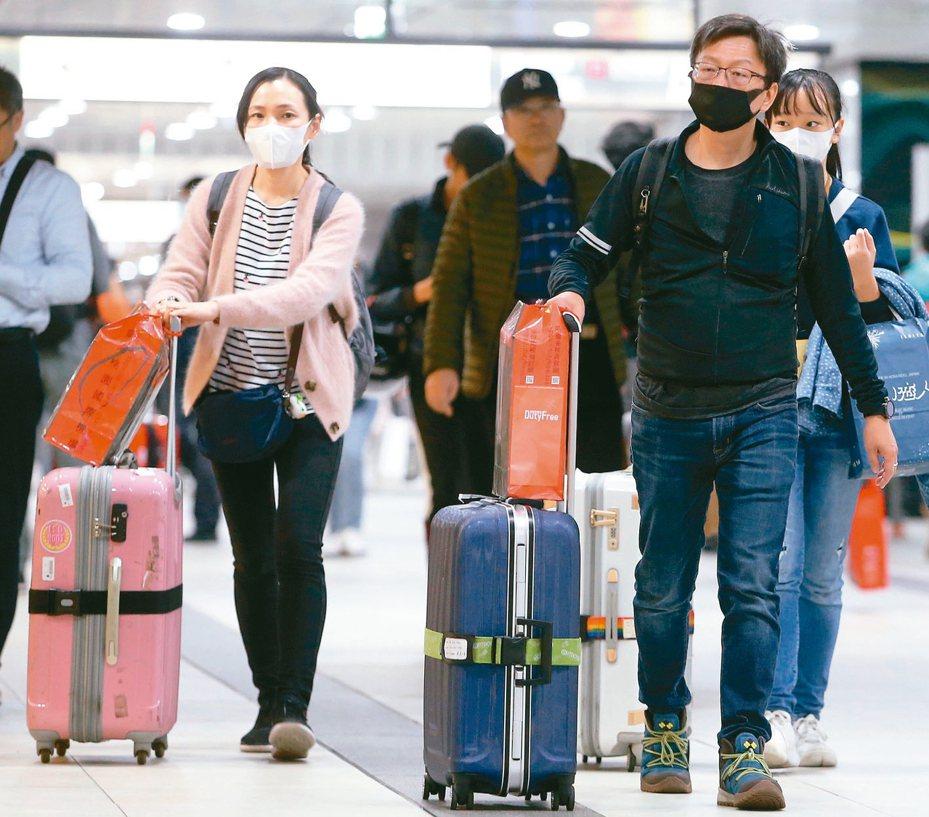 因受武漢肺炎疫情影響,台北火車站內返鄉過節的旅客,不約而同戴起口罩。 記者侯永全/攝影