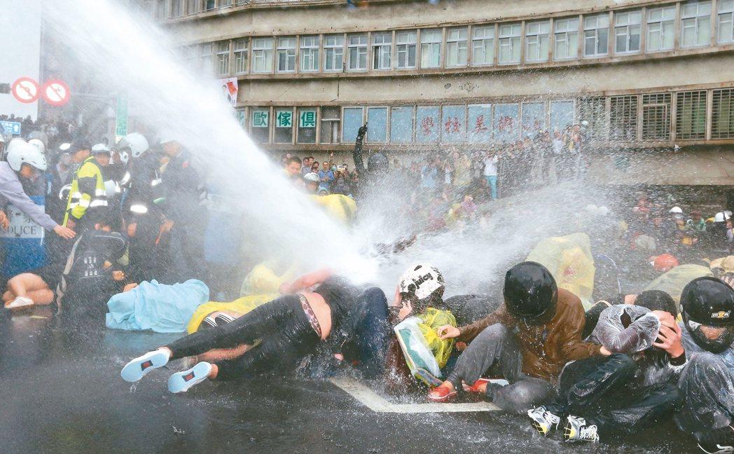 二○一四年反核群眾占據台北市忠孝西路,警方以強力水柱驅離,造成多人受傷,台北地院...