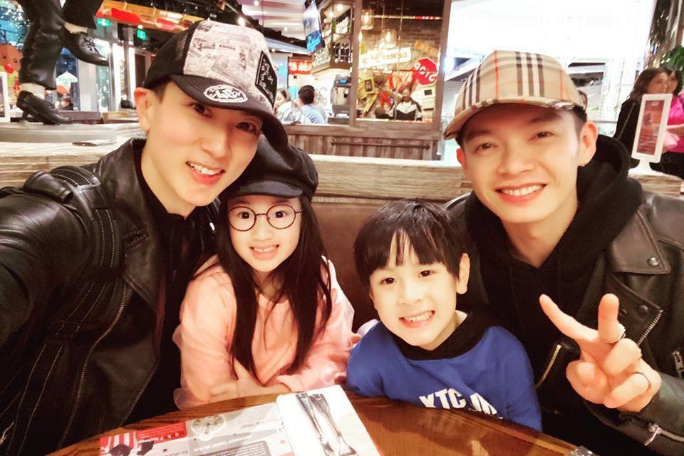 吳尊帶女兒、兒子和辰亦儒同歡。圖/擷自臉書