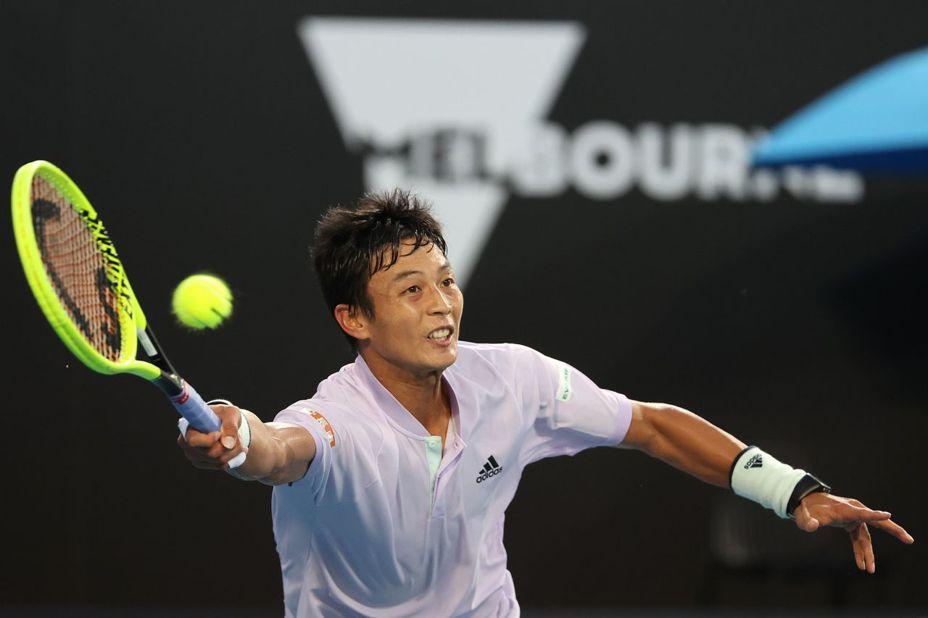 盧彥勳在澳網男雙搭檔謝政鵬,首輪苦戰三盤落敗。(圖為盧單打出賽時畫面) 法新社