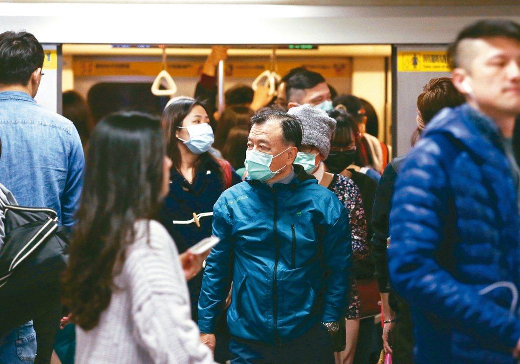 武漢肺炎來勢洶洶,大眾交通工具上民眾紛紛戴上口罩預防。口罩市場出現爆單,三大口罩...