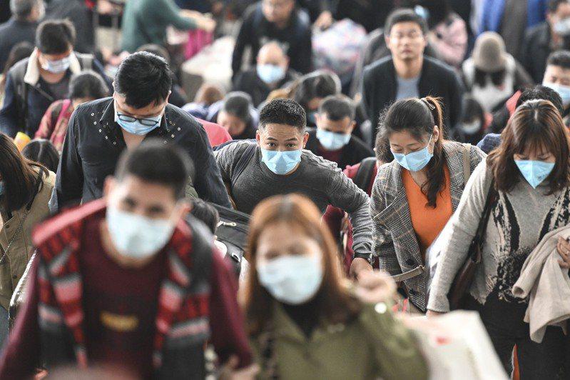 武漢肺炎疫情持續擴大,廣州南站的旅客紛紛戴起口罩。 中新社