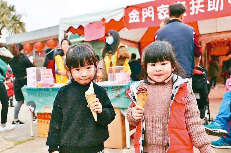 新年小朋友都愛到畜試所品嘗免費霜淇淋,近期研發火龍果冰淇淋,同樣受好評。 圖/金門縣府提供