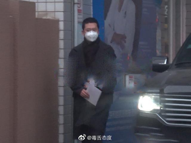 周杰被拍到現身醫院,身旁還有一名小男孩與女子。圖/擷自微博