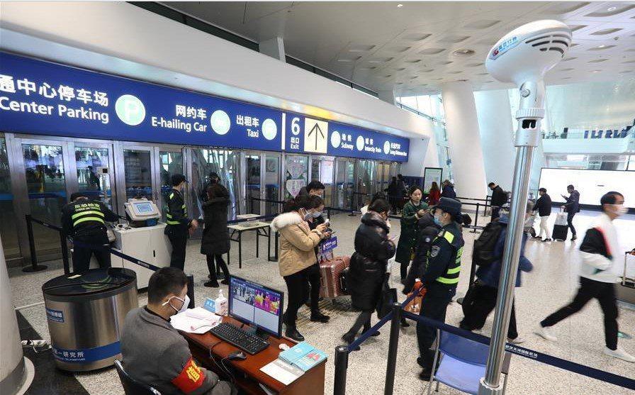 圖為武漢天河機場21日景象,仍有許多遊客進出。(新華網)