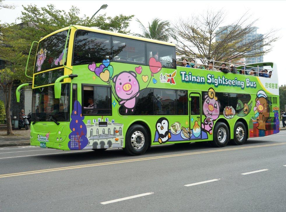 台南雙層巴士有專人隨車導覽,並與沿線景點、伴手禮商家合作,持路線車票即可享門票及...