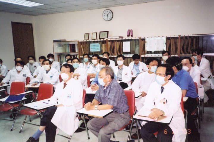 當年曾在台大治療SARS病患的醫師陳志金分享當年醫師一起戴著口罩開會的情況。 圖...