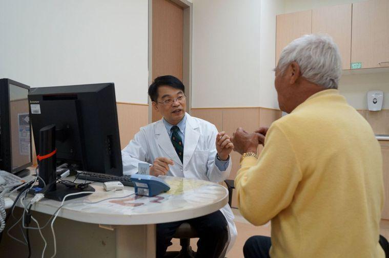 安南醫院副院長許秉毅(左)說,他的研究證實,幽門螺旋桿菌感染是造成台灣胃癌發生的...