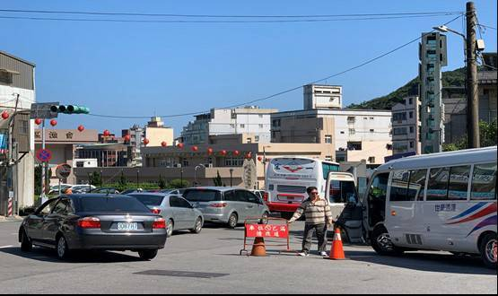 看女王頭玩野柳恐破10萬人次,靠導航恐塞替代道路看這。圖/金山警分局提供