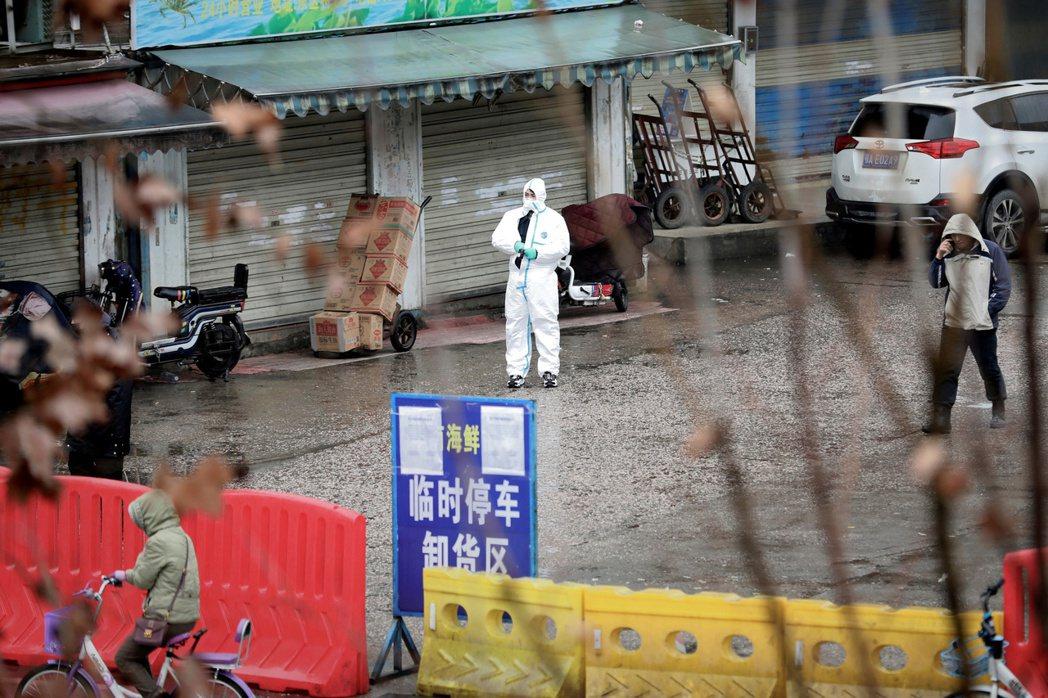 武漢肺炎最初病例集中地點──華南海鮮市場已在2020年1月1日關閉,圖為穿戴全套...