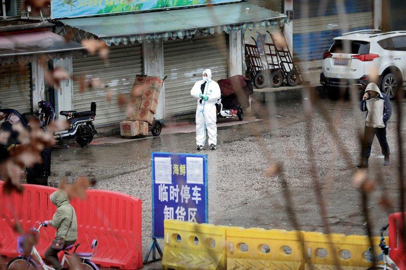 武漢肺炎最初病例集中地點──華南海鮮市場已在2020年1月1日關閉,圖為穿戴全套防護裝備的人員1月10日出現在當地。路透
