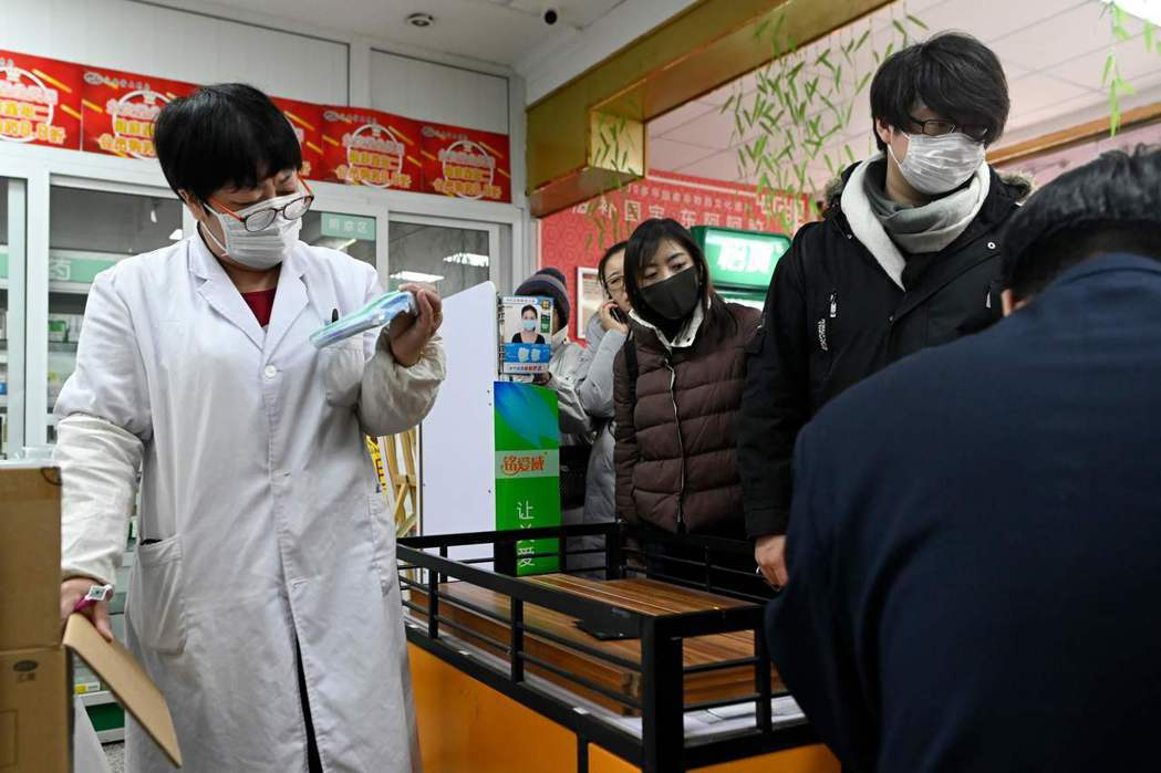 中國大陸武漢肺炎確診病例持續飆升,民眾紛紛到藥局搶購口罩。法新社