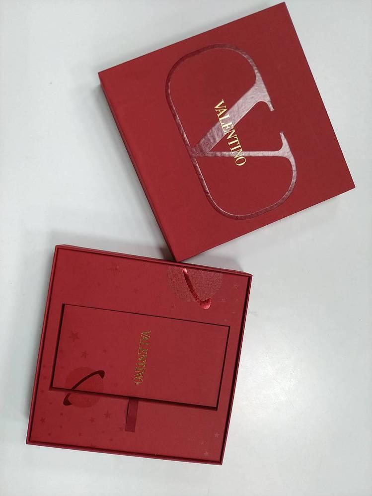 VALENTINO的紅包盒以簡約的品牌V字作霧面設計,搭襯別緻的星球圖紋。記者黃...