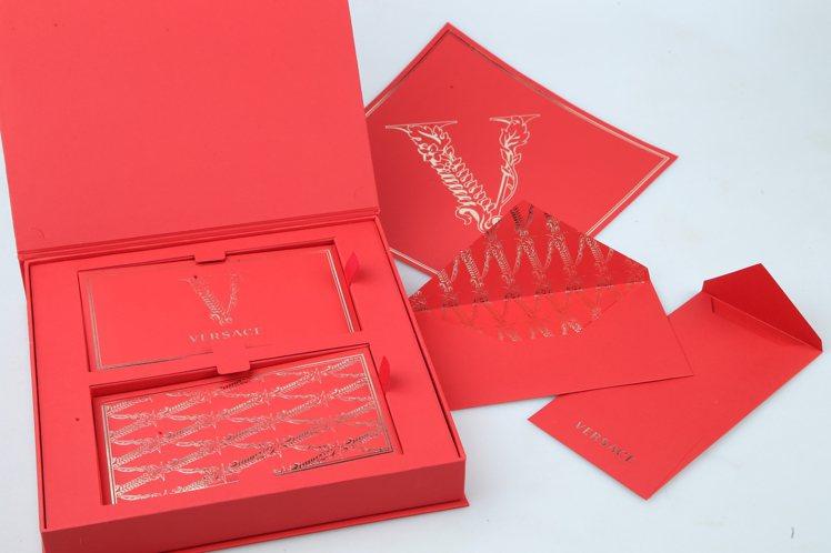 VERSACE使用了主打包款Virtus系列包身中央的巴洛克花紋勾勒金屬V型字母...