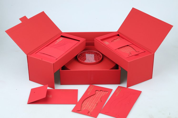 CK CALVIN KLEIN的紅包盒相當奢華氣派,雙開式紅包袋有兩款,打開是圓...
