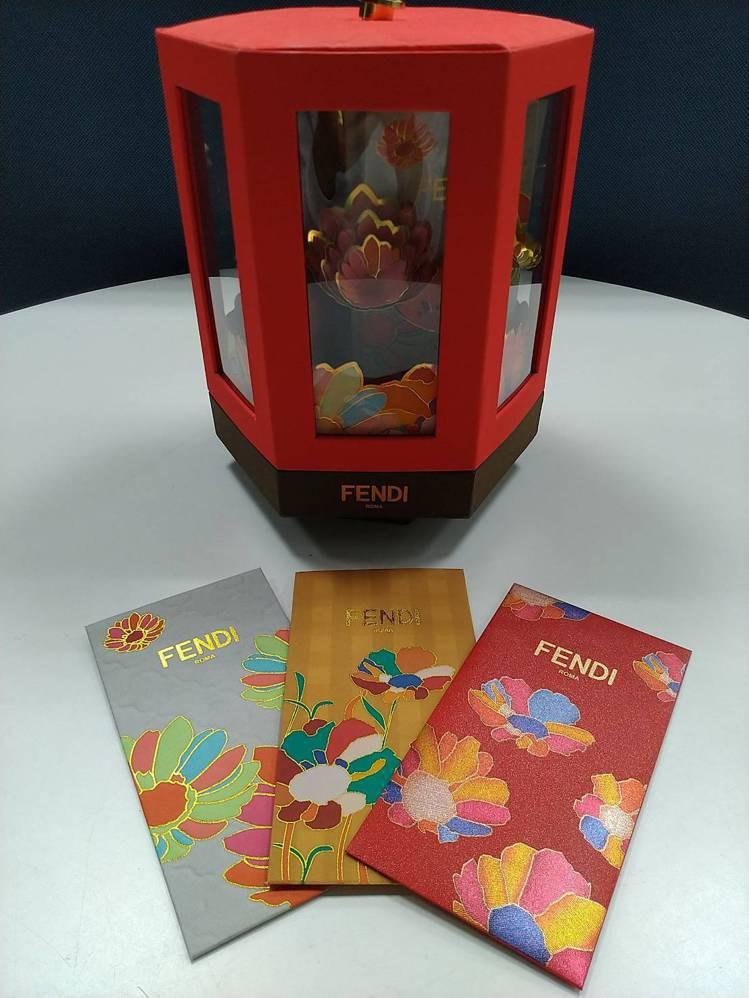 FENDI以中國風的古典設計打造富貴花卉小亭閣的紅包盒,浮誇且奢華,印花紅包袋相...