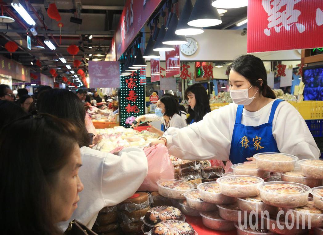上午在南門中繼市場攤商帶著口罩販售年糕。記者陳正興/攝影