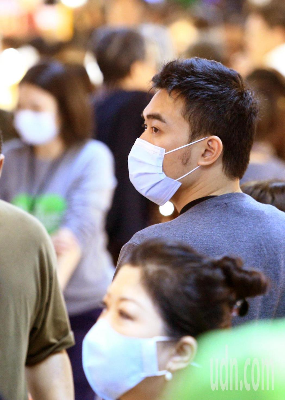 上午在南門中繼市場有大批採買民眾,但受到武漢肺炎疫情加溫影響,不少民眾戴著口罩出...