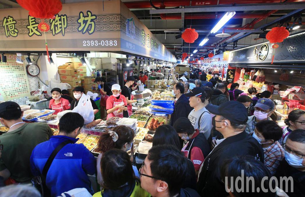 上午在南門中繼市場有大批民眾採買年菜,人潮擠滿市場。記者陳正興/攝影