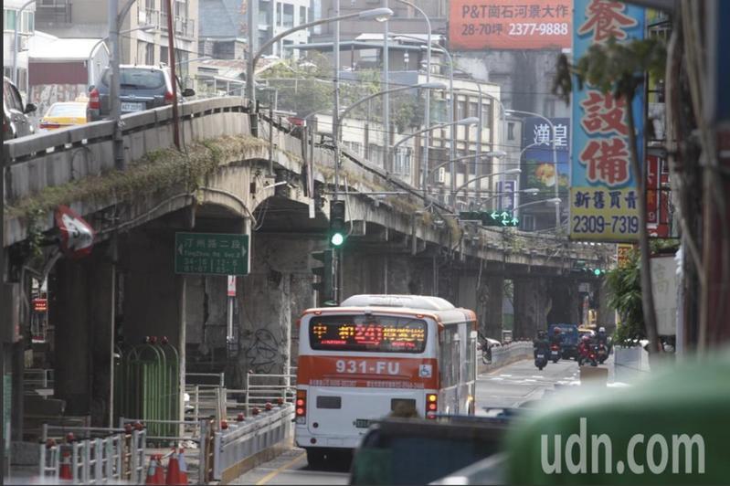 台北市重慶南路高架橋拆除工程將於今晚正式動工。圖/報系資料照