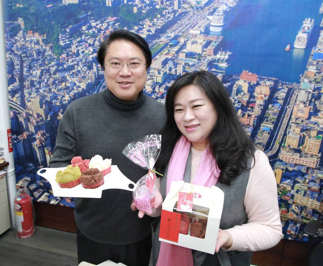 五彩發糕、杯子蛋糕送員工、小朋友,林右昌夫人好手藝。圖/基隆市政府提供