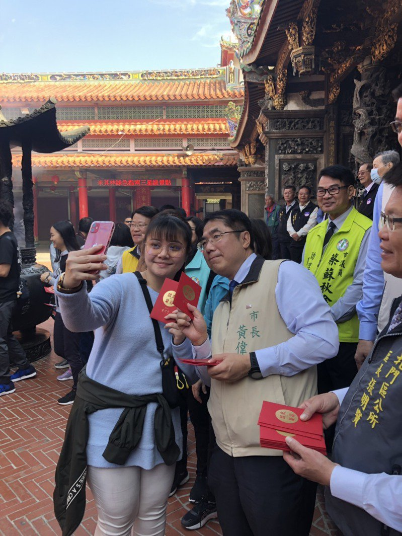小年夜,台南市長黃偉哲今辦當暖男發放紅包,對於民眾要牌照來者不拒。圖/台南市政府提供