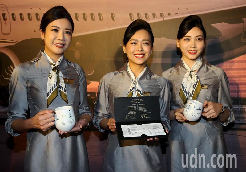 籌備2年8個月,星宇航空公司23日首航,首發3箭分別飛往澳門、越南峴港、馬來西亞檳城等地,並在桃園機場候機室舉行聯合剪綵儀式。星宇航空致贈每位搭乘首航班機的旅客磁杯及首航封做紀念。記者陳嘉寧/攝影