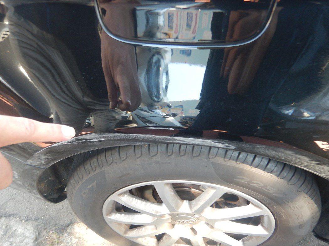 張男的奧迪車輛遭擦撞,車身留下擦痕,車主心疼報案。記者林佩均/翻攝