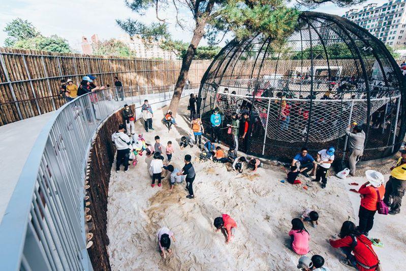 不少民眾帶小孩參觀新竹動物園內部大鳥籠遊憩區。圖/新竹市府提供